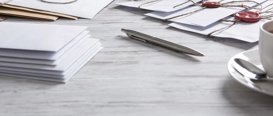 摄图网_300315905_wx_桌子上印章的信旧的邮政与信封与蜡密封木制表(非企业商用).jpg