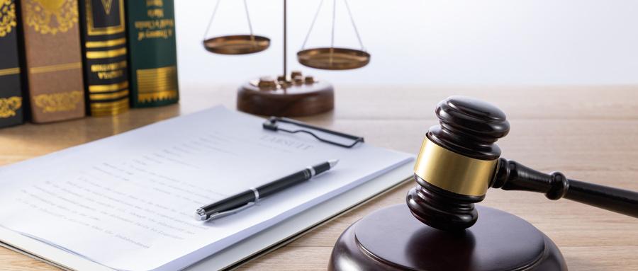摄图网_501594642_wx_法官法槌和法律文件(非企业商用).jpg